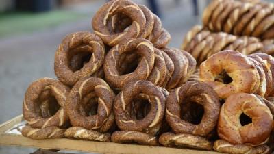 Simit, Sesamkringel, liegen auf einem Tisch in Istanbul (imago / Westend61)