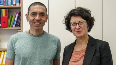 Professor Ugur Sahin und die Medizinerin Özlem Türeci. Das Forscherehepaar hat einen Coronaimpfstoff entwickelt. (imago images / Sämmer)