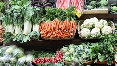 Ein Marktstand mit verschiedenen Gemüsesorten und Rhabarber. (picture alliance / Zoonar / Baloncici)