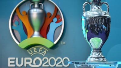 Der EM-Pokal neben dem Logo für die UEFA Fußball-Europameisterschaft 2020. (dpa-Bildfunk / EPA / Facundo Arrizabalaga)