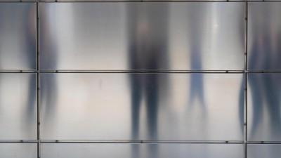 Bin ich wirklich allein? Psychotische Patienten leiden häufig unter Verfolgungswahn (chromorange/Joachim Niehus)