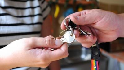 Eine Hand übergibt einer anderen einen Schlüssel. (dpa / picture alliance / Jens Kalaene)