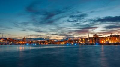 Hafen von Marseille in Abenddämmerung mit vielen bunten Lichtern (imago/Photocase)