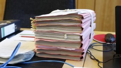 Akten liegen auf dem Tisch eines Richters Im Landgericht Münster (imago / biky)