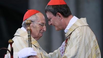 Der Kölner Erzbischof Rainer Maria Woelki (r) nimmt am 20.09.2014 in Köln von seinem Vorgänger Kardinal Joachim Meisner (l) den Petrusstab entgegen (picture alliance / dpa   Oliver Berg)