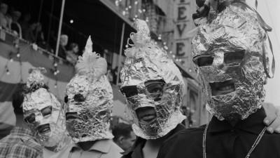 Besucher des Mardi Gras in New Orleans 1955 mit selbstgebastelten Balaclavas aus Alufolie. (Getty Images / Three Lions)