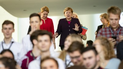 Das Bild zeigt Bundeskanzlerin Angela Merkel und Bundesfamilienministerin Franziska Giffey. (imago images / Emmanuele Contini)