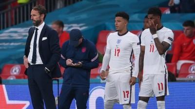 Das Foto zeigt den englischen Trainer Gareth Southgate (Links)neben Jadon Sancho (Mitte) und Marcus Rashford beim EM-Finale. (AFP / Laurence Griffiths)