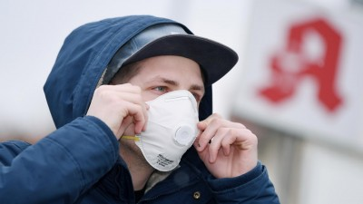 Ein Mann mit einer Schutzmaske vor einer Apotheke, Schutzmasken sind fast ausverkauft. (picture alliance/dpa/Markus Ulmer)