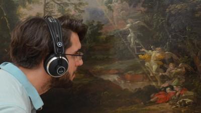 """Ein Mann mit Kopfhörern betrachtetMichael Willmanns """"Landschaft mit dem Traum Jakobs"""" (vermutlich 1691) (Kristiane Hasselmann)"""