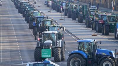 Mit Traktoren demonstrieren Landwirte in Berlin. (dpa / Kay Nietfeld)