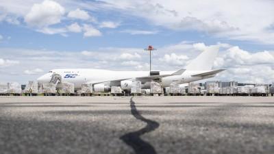 Aufgereihte Hilfsgüter stehen vor einem Flugzeug auf dem Flughafen in Zürich. (AFP / Pool / Ennio Leanza)