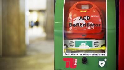 Ein AED-Defribrillator hängt in der TU Berlin. Im Kampf gegen den plötzlichen Herztod können Defibrillatoren Leben retten. Etwa 50 solcher öffentlich zugänglichen Defibrillatoren gegen gefährliches Kammerflimmern sind in Berlin in einem Netz registriert. (picture alliance/dpa/Jan-Philipp Strobel)