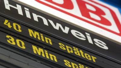 Die Zug-Anzeige der Abfahrten im Münchner Hauptbahnhof informiert über die Verspätungen im Fernverkehr (dpa/Matthias Schrader)
