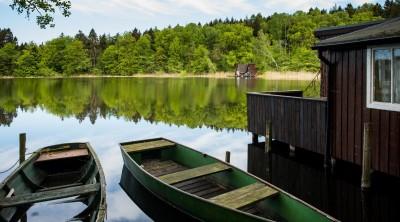 Ruderboote liegen am 06.05.2015 am Ufer des Proweskesees im Landkreis Uckermarke nahe dem kleinen Dorf Hohenwalde (Brandenburg). (picture alliance / ZB / Patrick Pleul)