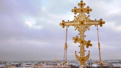 Das Kreuz derAuferstehungskirche in St. Petersburg ist vor dem Panorama der Stadt zu sehen. (Sputnik)