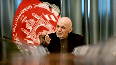 Der Präsident Afghanistans, Aschraf Ghani, spricht an einem Konferenztisch (dpa/Britta Pedersen)