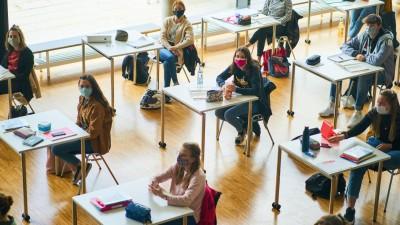 Schüler und Schülerinnen sitzen mit Masken an ihren Tischen im Unterricht im April 2020 in Marktoberdorf. (imago / Action Pictures)