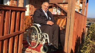 Fetah Rudi im Rollstuhl vor seinem Wohnhaus (Dirk Auer / Deutschlandradio)