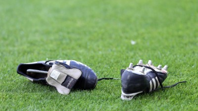 Fußballschuhe liegen auf dem Rasen. (dpa / picture alliance / Malte Christians)