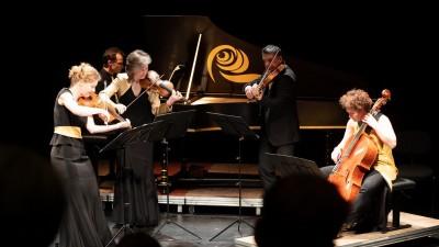 Mitglieder eines Klavierquintett mit ihren Instrumenten auf der Bühne  (Peter C. Theis)