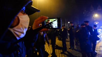 """Ein Mann in Nantes filmt Polizisten während einer Demonstration gegen das neue französische """"Gesetz für umfassende Sicherheit"""", das """"in böswilliger Absicht"""" getätigte Aufnahmen von Polizisten verbietet (AFP/ Jean-Francois Monier )"""