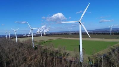 Eschweiler: Die Windkraftanlage vor dem Braunkohlengroßkraftwerk Weisweiler im Rheinland. (imago / Sepp Spiegl)