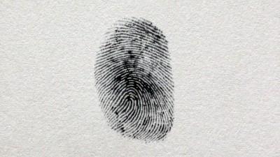 Schwarzer Fingerabdruck auf weißem Papier (Imago / YAY Images / dutourdumonde)