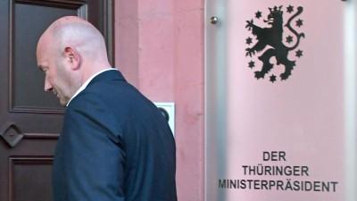 Thomas Kemmerich (FDP), neuer Ministerpräsident von Thüringen, betritt nach der Wahl die Thüringer Staatskanzlei. (picture alliance/Martin Schutt/dpa-Zentralbild/dpa)