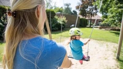 Eine Frau in Nottensdorf (Niedersachsen) mit ihrer kleinen Tochter auf dem Spielplatz (gestellte Szene). Foto: Christin Klose | dpa Themendienst | Verwendung weltweit (dpa Themendienst)