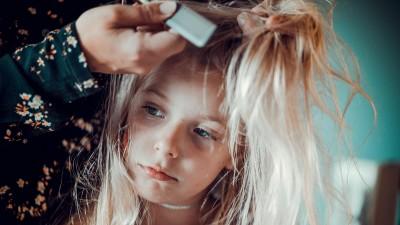Eine Mutter kämmt ihrer Tochter die langen Haare. (Eyeem/ Jonathan Thomasson)
