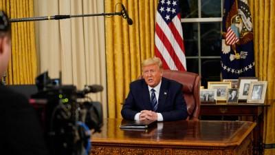 US-Präsident Donald Trump hat die Einreisesperren für Menschen aus dem europäischen Schengenraum in einer Fernsehansprache verkündet. Eine Kamera filmt ihn an seinem Schreibtisch im Oval Office im Weißen Haus in Washington. (imago/Doug Mills)