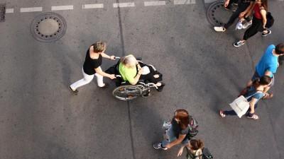 Oft treffen gerichtlich bestellte Betreuer auf Vorbehalte, weil die Klienten einen Teil ihrer Selbstbestimmung an Fremde abgeben müssen (picture alliance / dpa / Wolfram Steinberg )