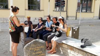 Lena Löhr, Co-Inititiatorin des Audiowalks: durch das Aufnahmegerät klingt die Umgebung plötzlich anders (Deutschlandradio / Anna Seibt)
