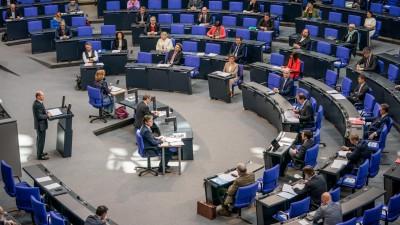 Bundesfinanzminister Olaf Scholz spricht im Bundestag über das Hilfspaket wegen des Coronavirus. (dpa-Bildfunk / Michael Kappeler)