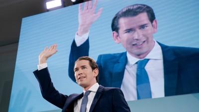 Sebastian Kurz,Spitzenkandidat der ÖVP, in schwarzem Jackett mit blauer Krawatte, hebt die rechte Hand in Siegerpose, während seinerRede nach ersten Hochrechnungen zur Nationalratswahl in Österreich am 29. September 2019, die seine Partei als stärkste Kraft bestätigen. Auf einer Videoleinwand in seinem Rücken ist er in derselben Pose vergrößert zu sehen. (APA/Georg Hochmuth)