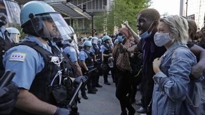 Mehrere Teilnehmer einer Demonstration stehen in Chicago einer Gruppe von Polizisten gegenüber (picture alliance / AP Images / Nam Y. Huh)