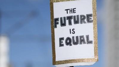 """Das Foto zeigt eine Menge von Demonstrantinnenund ein Plakat mit der Aufschrift """"Plakat The Future Is Equal"""" auf dem Internationalen Frauentag unter dem Motto Feiern Streiken Weiterkaempfen am 8. Maerz in Berlin. (www.imago-images.de / IPON)"""
