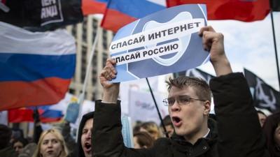 """In Moskau hät ein Demonstrant hält ein Plakat mit der Aufschrift """"Rettet das Internet, rettet Russland"""". (dpa / Alexander Zemlianichenko)"""