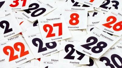 Einzelne Blätter eines Tages-Kalenders liegen flächendeckend übereinander. (picture alliance / Bildagentur-online )