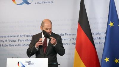 Olaf Scholz (SPD), Bundesfinanzminister, nimmt zu Beginn einer Online-Pressekonferenz seine Mund- und Nasenschutzmaske ab, bevor er die neue Steuerschätzung vorstellt (picture alliance/dpa/Pool/Wolfgang Kumm)