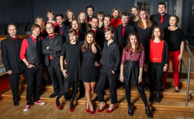 Rot-schwarz gekleidet, steht das junge Ensembe in einem kleinen Raum (HfM Detmold / Sebastian Palzhoff)