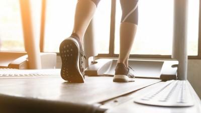 Die Beine einer Frau, die in Sneakers auf einem Laufband läuft. (Eyeem / Prathan Chorruangsak)