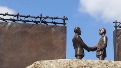 Denkmal zum Tag der Maueröffnung am 11.11.1989 zwischen Stapelburg und Eckertal, ehemalige innerdeutsche Grenze, Sachsen-Anhalt, Deutschland, Europa (dpa / imageBROKER / Gabriele Hanke)