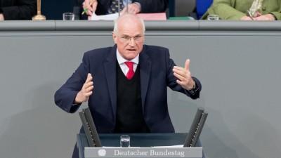 Der SPD-Abgeordnete Lothar Binding spricht im Bundestag während der Haushaltsdebatte (dpa / picture alliance / Sebastian Gollnow)