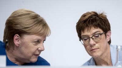 Bundeskanzlerin Angela Merkel (CDU, l), und Annegret Kramp-Karrenbauer, Bundesministerin der Verteidigung und CDU-Vorsitzende sitzen nebeneinander. (dpa / picture alliance / Christoph Soeder)