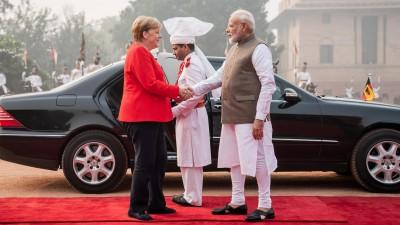 Bundeskanzlerin Angela Merkel, wird von Narendra Modi, Premierminister von Indien, mit militärischen Ehren begrüßt. (dpa / Michael Kappeler)