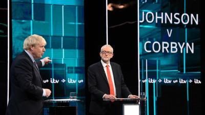 Großbritanniens Premierminister Boris Johnson (l.) und der Vorsitzende der britischen Labour-Party Jeremy Corbyn während eines TV-Duells im Vorfeld der Parlamentswahl (imago/Xinhua)