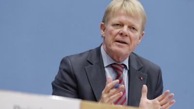 Reiner Hoffmann sitzt auf dem Podium und spricht. (imago/Jürgen Heinrich)