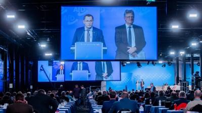 Jörg Meuthen (l), Bundessprecher, und Tino Chrupalla, Bundesprecher, stehen beim Bundesparteitag der AfD gemeinsam auf dem Podium (picture alliance/Rolf Vennenbernd/dpa)